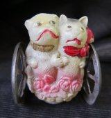 花かごに乗ったネコとブルドッグのおもちゃ セルロイドにメタルの車輪