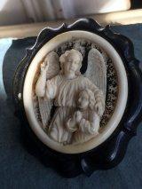 19世紀 フランスアンティーク アイボリーとホーン 彫刻 守護天使のブローチ