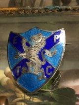 イギリスアンティーク 銀にギロッシェエナメル 盾型ライオンの紋章ブローチ