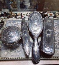 19世紀 フランスアンティーク リボンデザインのバニティセット 銀とカットガラス