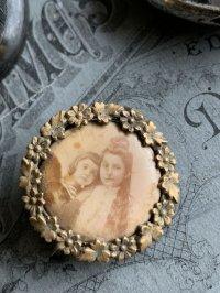 フランスアンティーク メタル枠にセルロイドに焼き付けられた姉弟の肖像のブローチ